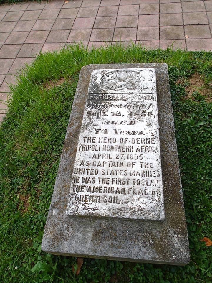 في الصور قبر أوبانون وقد كتب عليه  The Hero of Derne